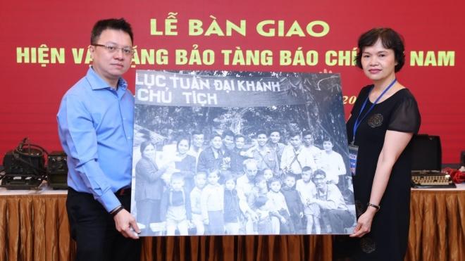 TTXVN bàn giao hiện vật tặng Bảo tàng Báo chí Việt Nam