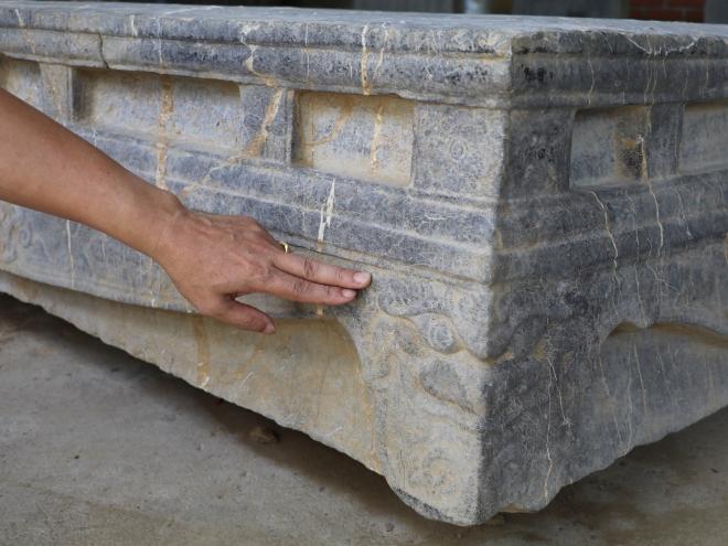 Phát hiện sập đá cổ nằm sâu dưới ruộng tại Ninh Bình