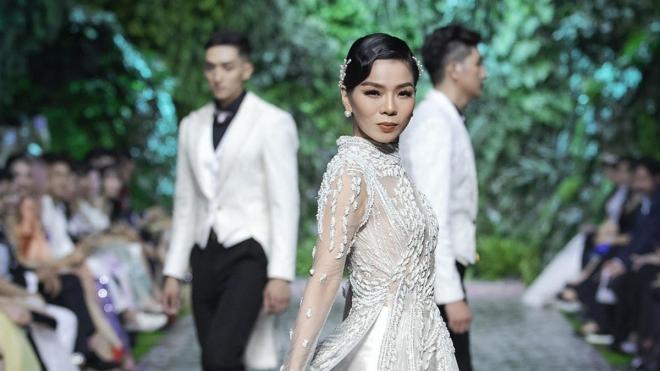 Lệ Quyên trình diễn thời trang, bán váy làm thiện nguyện
