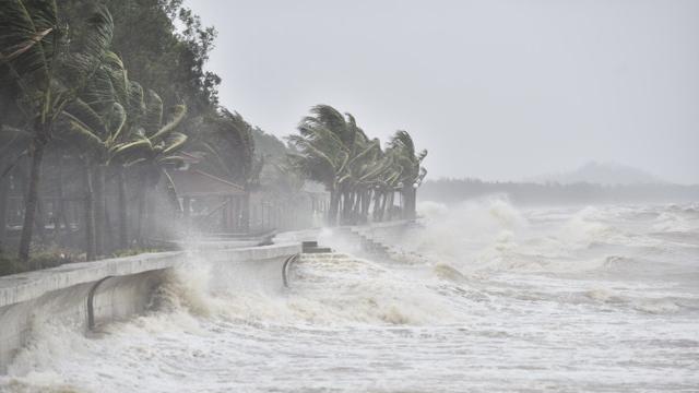 Áp thấp nhiệt đới di chuyển nhanh, đổ bộ các tỉnh từ Thừa Thiên-Huế đến Bình Định