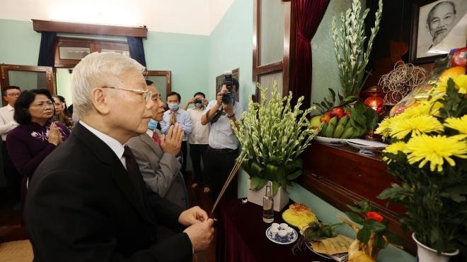 Kỷ niệm 75 năm Cách mạng Tháng Tám và Quốc khánh 2-9: Tổng Bí thư, Chủ tịch nước Nguyễn Phú Trọng dâng hương tưởng niệm Chủ tịch Hồ Chí Minh tại Nhà 67