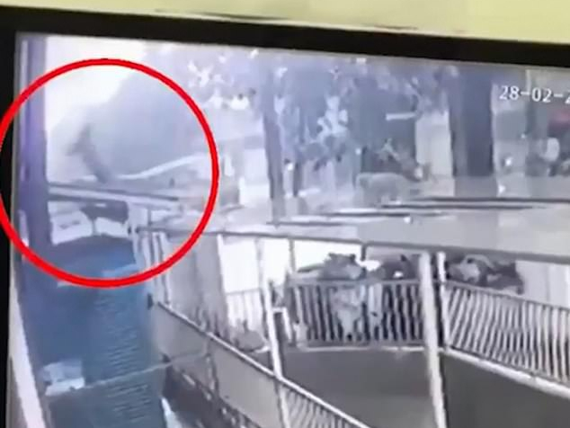 Báo Anh ca ngợi 'người hùng' Việt Nam cứu em bé 2 tuổi rơi từ chung cư cao tầng