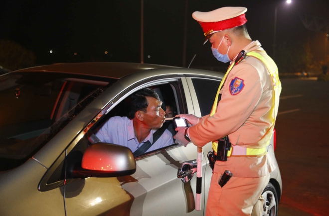CSGT đồng loạt ra quân xử phạt lái xe vi phạm nồng độ cồn và ma túy, csgt