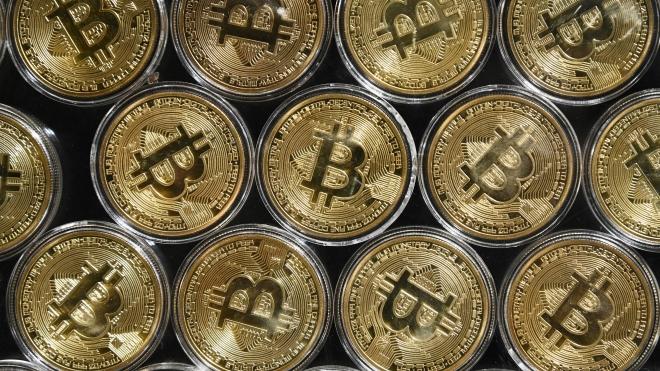 Bitcoin. Giá Bitcoin. Bitcoin trượt khỏi mức kỷ lục 61.000 USD. Đào Bitcoin