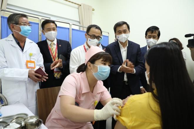 6 tình nguyện viên tiêm thử nghiệm vaccine Covid-19 COVIVAC, vaccine Covid-19, 6 tình nguyện viên đầu tiên tiêm thử nghiệm vaccine Covid-19 COVIVAC