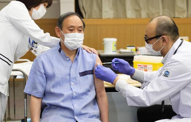 Thủ tướng Nhật Bản được tiêm mũi vaccine Covid-19 đầu tiên, Suga Yoshihide, Thủ tướng Nhật Bản, vaccine Covid-19