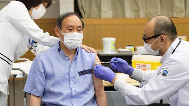 Thủ tướng Nhật Bản Suga Yoshihide được tiêm mũi vaccine Covid-19 đầu tiên