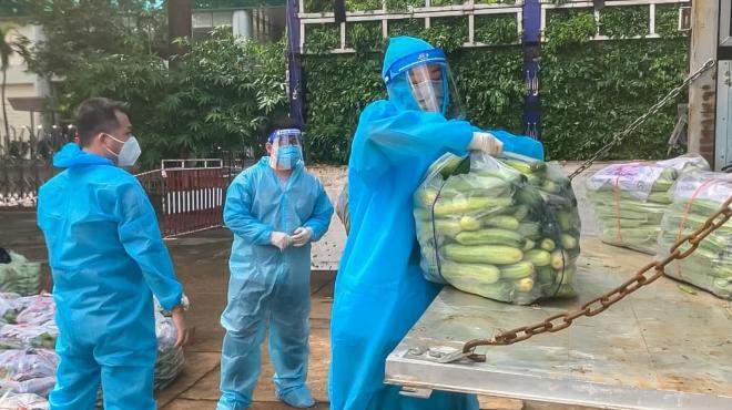 Hoa hậu Hoàn vũ Việt Nam hỗ trợ người dân TP. HCM chuyến xe thực phẩm 0 đồng