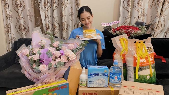 Hoa hậu Tiểu Vy được tặng gạo, nước mắm trong ngày sinh nhật