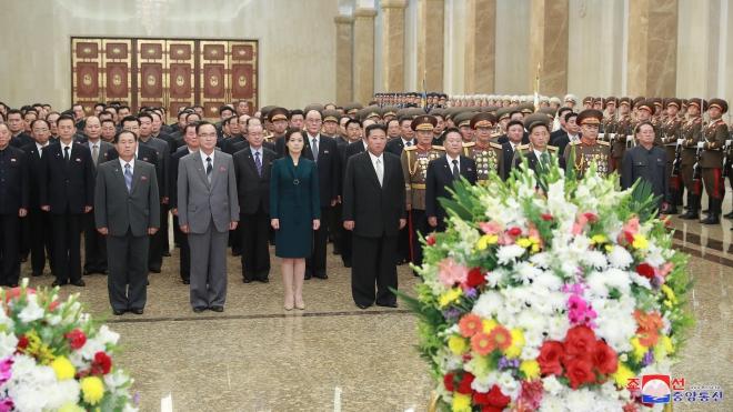 Nhà lãnh đạo Kim Jong-un viếng ông và cha nhân Quốc khánh Triều Tiên