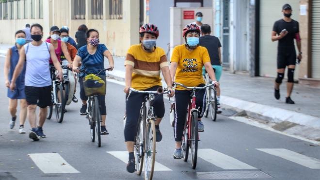 Người Hà Nội nhộn nhịp trở lại tập thể dục, thể thao ngoài trời sáng nay