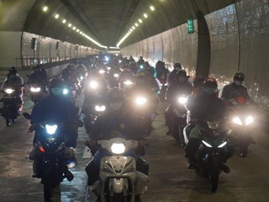 Mở cửa 4 hầm trên Quốc lộ 1 hỗ trợ người dân phía Nam đi xe máy về quê
