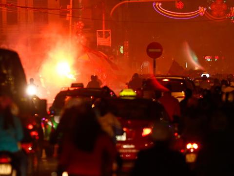 Cấm sân Lạch Tray, CĐV Hải Phòng đem pháo sáng ra đường đốt