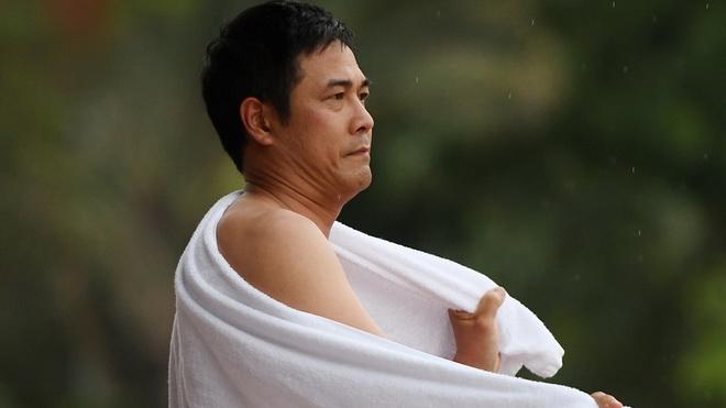 HLV Hữu Thắng choàng khăn vì sợ lạnh, sao U20 Việt Nam viện trợ cho đội U18
