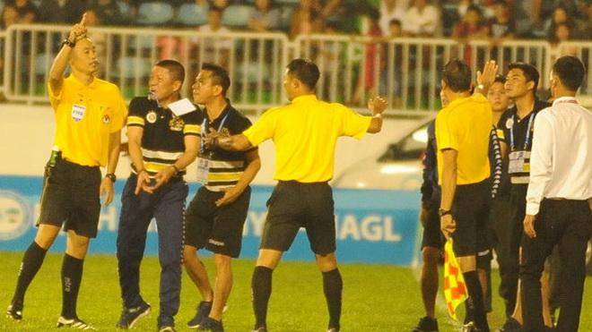 Nghi vấn người của HAGL định đánh HLV Hà Nội FC, khách lấn chủ ở tứ kết Cup quốc gia