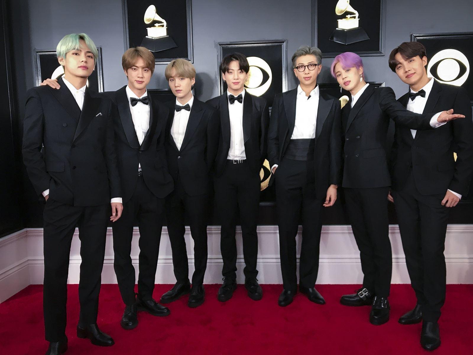 BTS, Bảo tàng Grammy trưng bày trang phục BTS, Trang phục của BTS trong bảo tàng, trang phuc bts, Grammy Music Awards 2019, Rihanna, Alicia Keys, Miranda Lambert