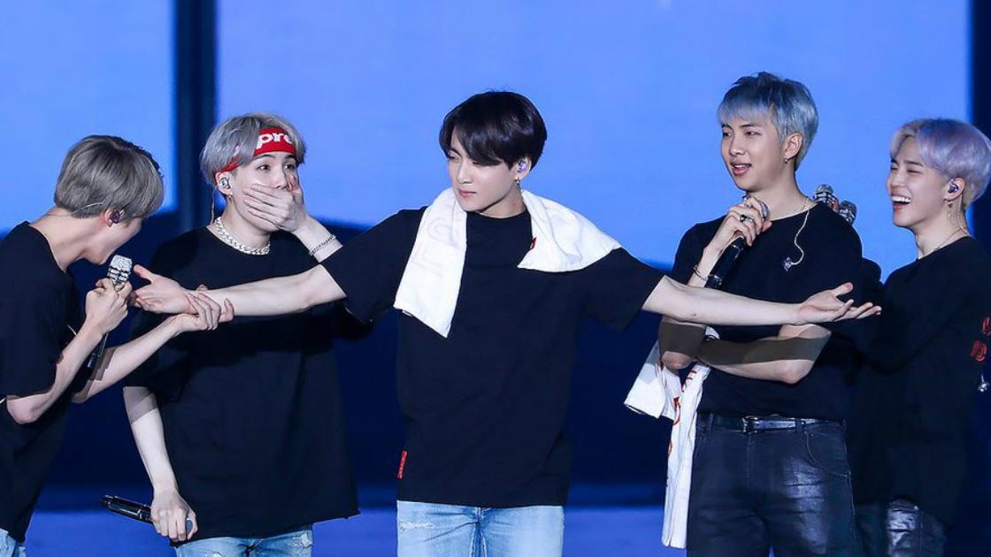 Những khoảnh khắc BTS hoàn toàn chỉ biết dán mắt 'út vàng' Jungkook