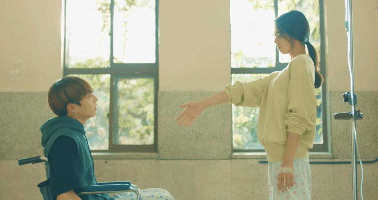 'Đỏ mặt' nghe Yuna (ITZY) kể lại kỉ niệm xấu hổ khi quay phim cùng Jungkook (BTS)