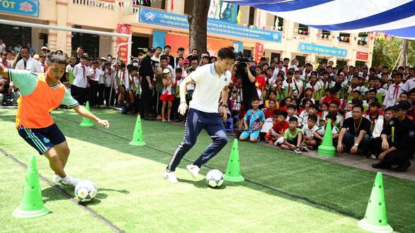 Xem Văn Hậu, Quang Hải trổ tài rê bóng cực đỉnh cùng các em học sinh nhí