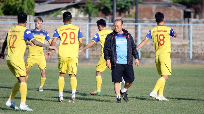 VIDEO bóng đá: Thiếu hơn nửa đội hình, ĐTVN vẫn hội quân chuẩn bị đấu UAE và Thái Lan