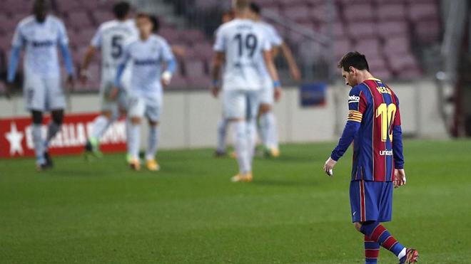 Hãy trừ lương Messi, nếu có thể!
