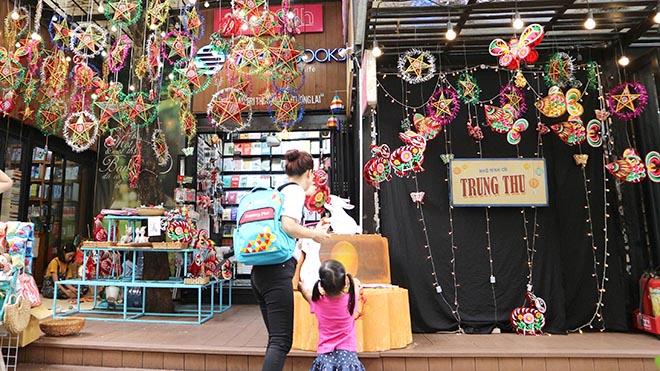 Thiếu nhi vui Trung Thu tại Hà Nội và TP.HCM