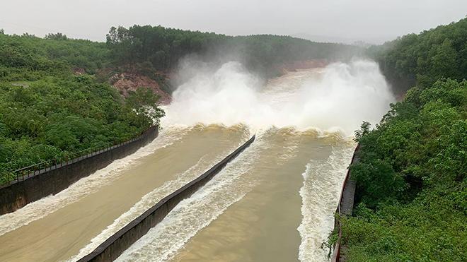 Lũ lụt bao phủ miền Trung, nhớ 'Người đi xây hồ Kẻ Gỗ'
