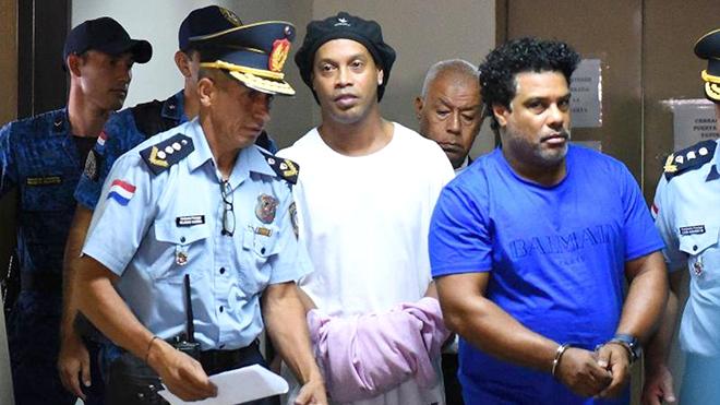 Ronaldinho ở tù vẫn ăn nhậu cùng siêu mẫu