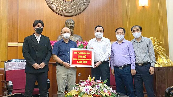 Bóng đá Việt chung tay cùng cộng đồng
