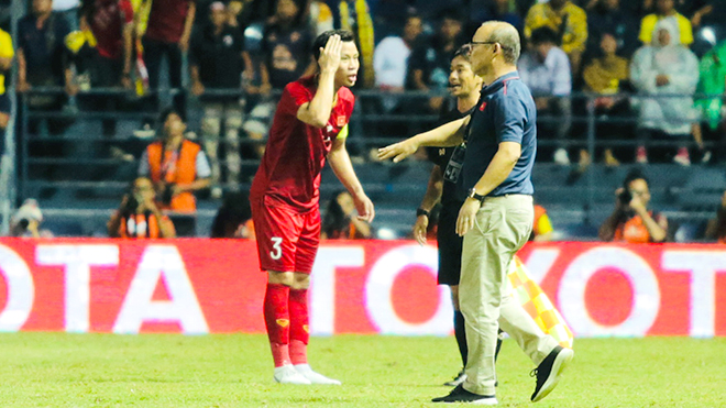 Tuyển Việt Nam tập trung đấu Thái Lan: Ông Park xoay rubik