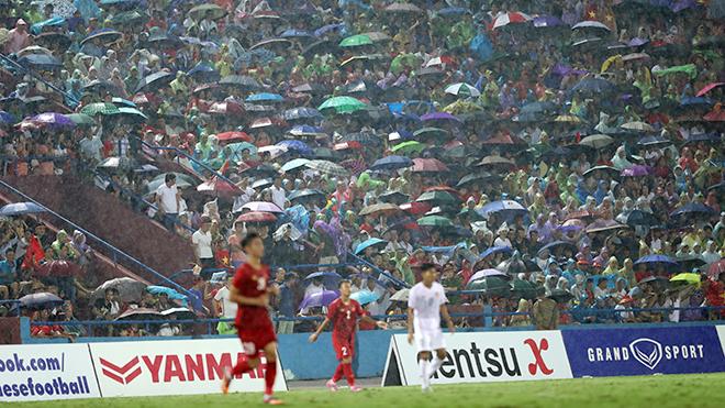 Hình ảnh CĐV Phú Thọ đội mưa đội gió xem U23 Việt Nam thi đấu với U23 Myanmar thực sự mang đến rất nhiều ý nghĩa. Ảnh: Hoàng Linh