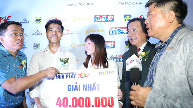 Văn Toàn tôn vinh vẻ đẹp bóng đá Việt