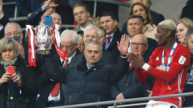 M.U lục tung Old Trafford để tìm... cúp Liên đoàn