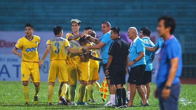 Trọng tài không nên thay đổi quyết định vì sức ép cầu thủ!