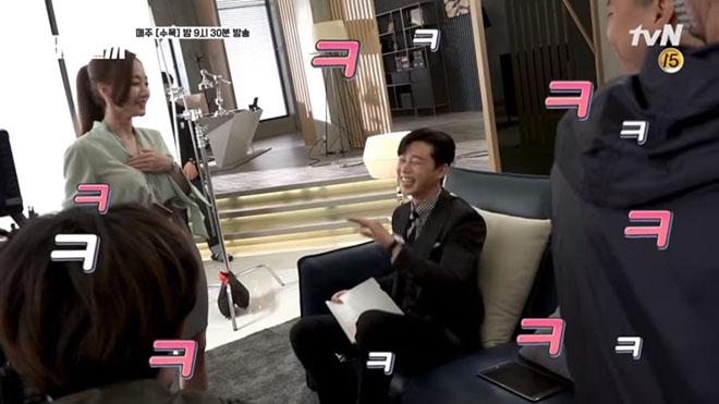 Cảnh tình cảm 'Thư ký Kim sao thế', Park Min Young và Lee Tae Hwan toàn 'phá lên cười'
