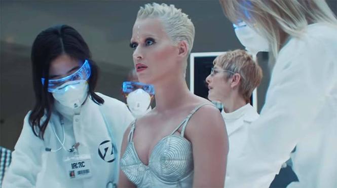 Kết quả hình ảnh cho Katy Perry tung MV '365' đúng ngày Valentine, lại là áo dài của NTK Công Trí?