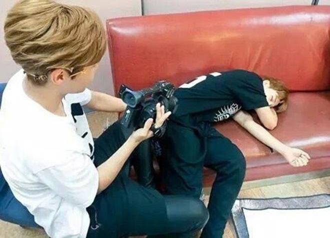 BTS, Jimin, Thói quen khi ngủ của Jimin, Jimin có thói wuen nắm tay khi ngủ
