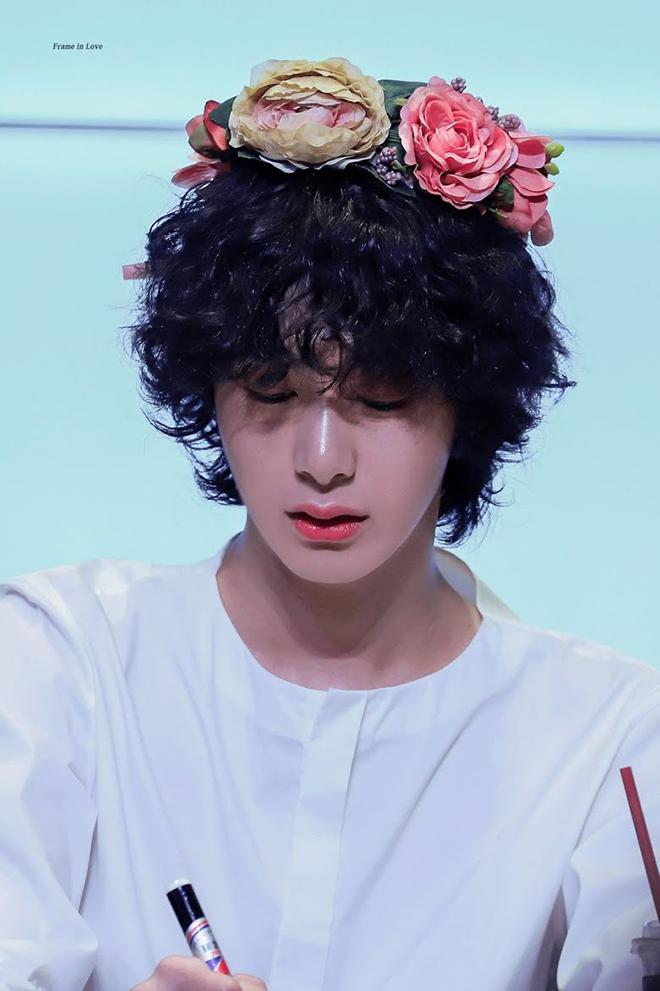BTS, V BTS, Nam thần với mái tóc xoăn đốn tim fan, Hueningkai TXT, ASTRO, EXO