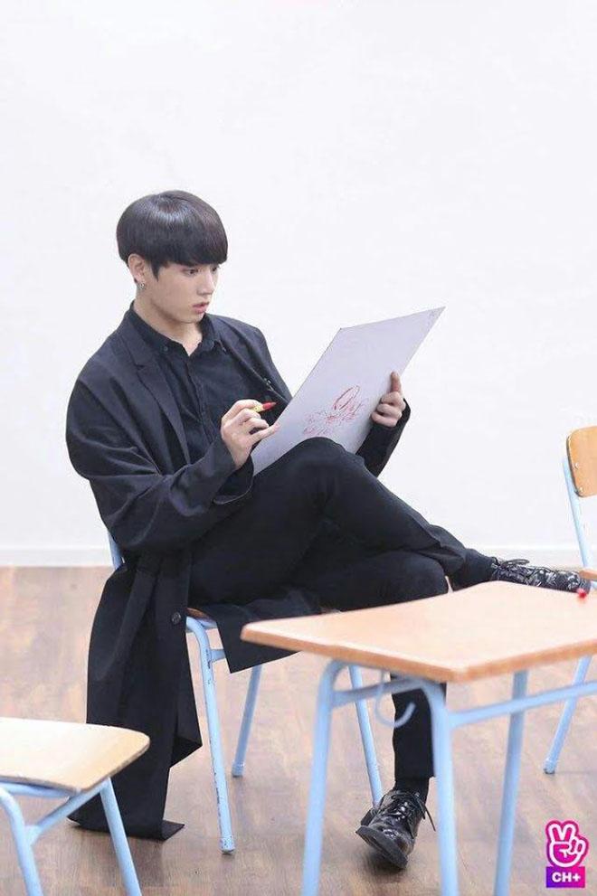 BTS, Jungkook, Thói quen ngồi của Jungkook, Jimin, Staff đỏ mặt vì Jungkook