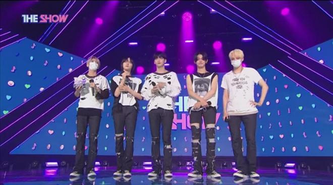 TXT, Đàn em BTS, TXT gây tranh cãi, TXT tái xuất, TXT trình diễn trên The Show