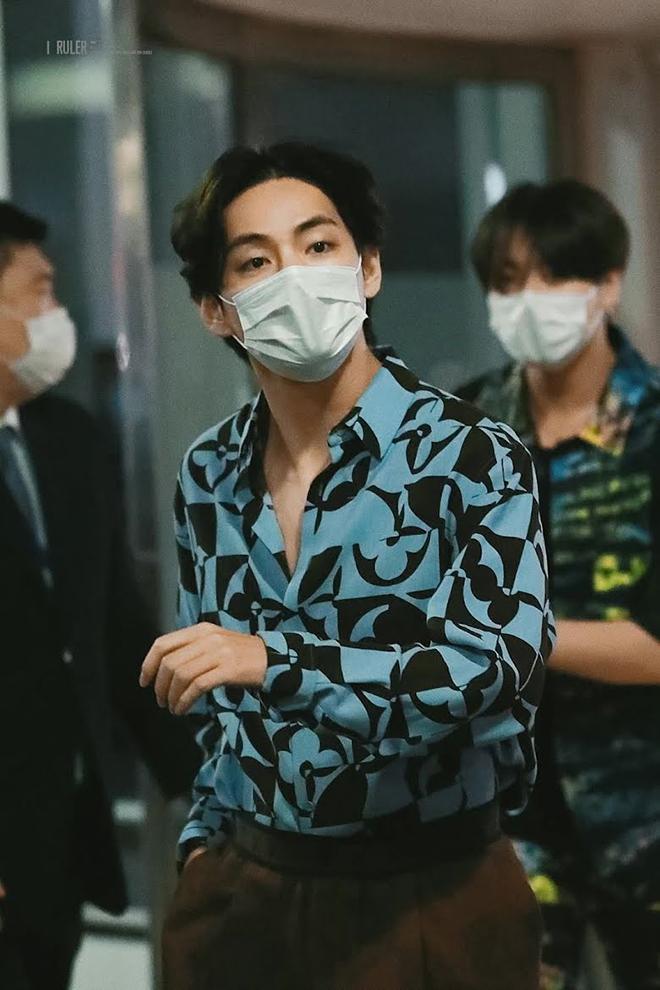 BTS, V BTS, V BTS lại độc quyền diện trang phục chưa ra mắt của Louis Vuitton