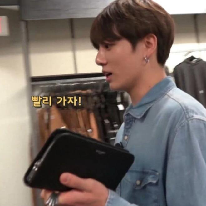 BTS, Bts, Jungkook, Jungkook tay xách nách mang, jungkook, Em út Vàng BTS, bts