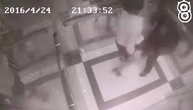 Chuyện sàm sỡ trong thang máy: Thế giới cũng 'đau đầu'