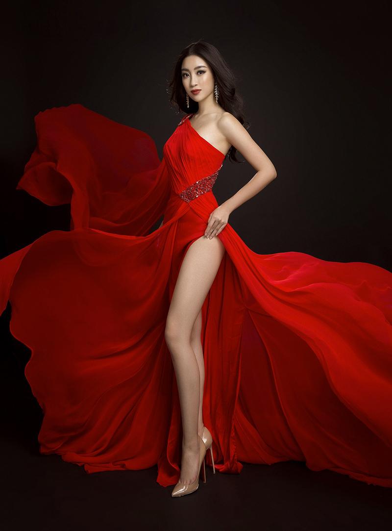 Bộ váy dạ hội đầu tiên có màu đỏ rực rỡ được thiết kế với phần đuôi váy xếp nhiều tà bay bổng sẽ giúp Mỹ Linh nổi bật trong dạ tiệc.