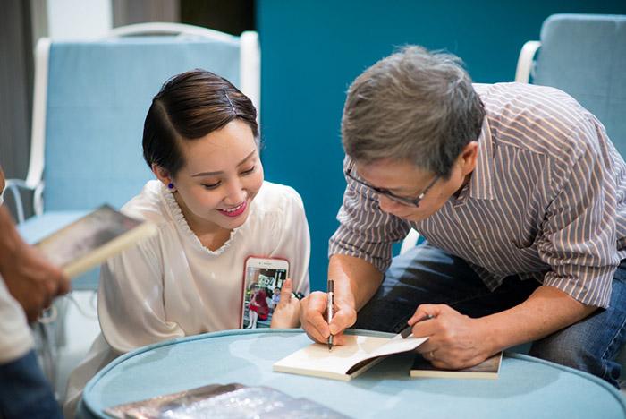Nhà văn Thành Sơn ký tặng sách cho nhà văn, nhà báo Lê Thị Thanh Xuân
