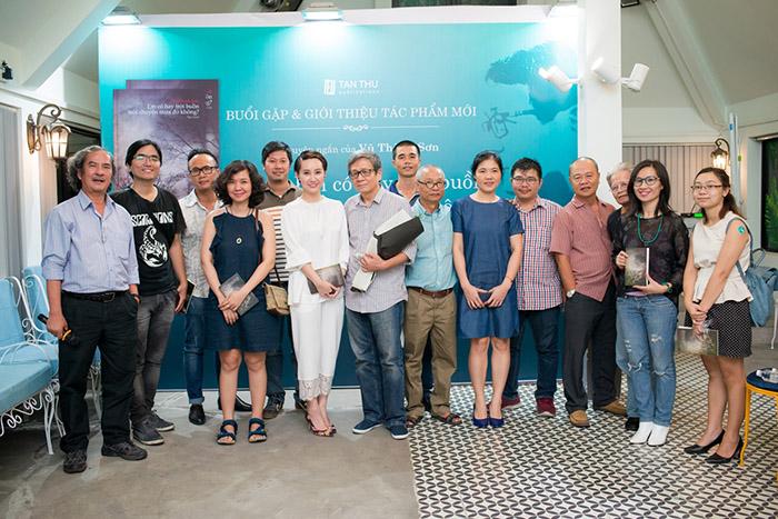 Bạn bè, đồng nghiệp và người thân đến dự buổi ra mắt sách của nhà văn Vũ Thành Sơn
