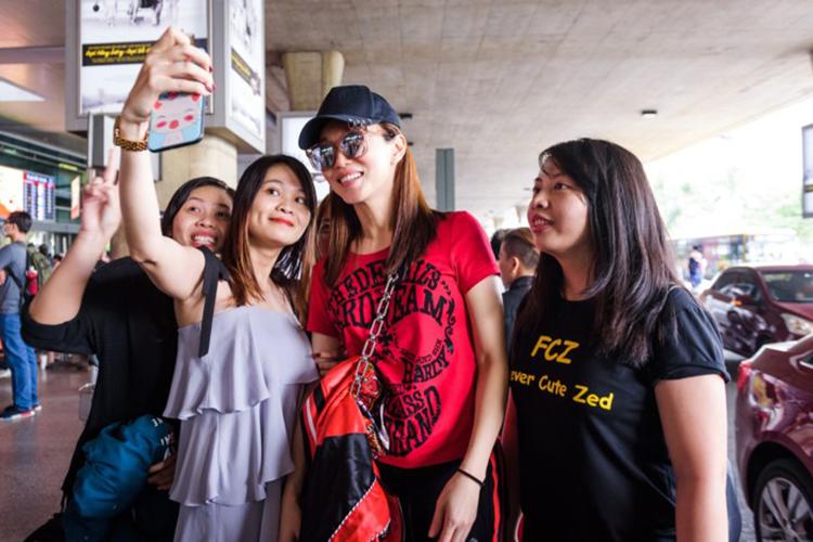 Phạm Văn Phương vui vẻ chụp ảnh cùng khán giả trước khi lên xe