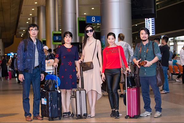 Mỹ Linh từ Trung Quốc trở về cùng bố mẹ, bà Kim Dung và đạo diễn Hoàng Nhật Nam