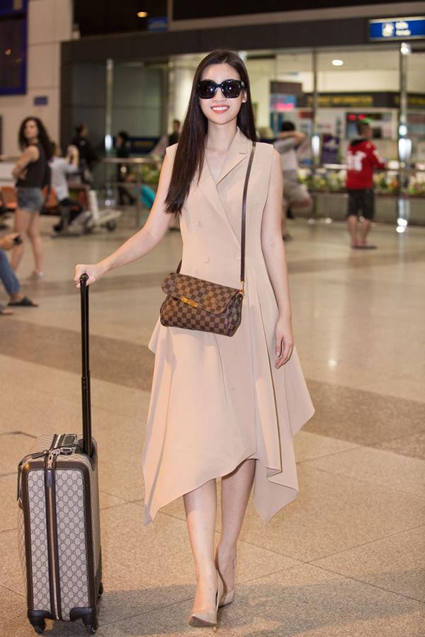 Hoa hậu Mỹ Linh tươi cười trước ống kính