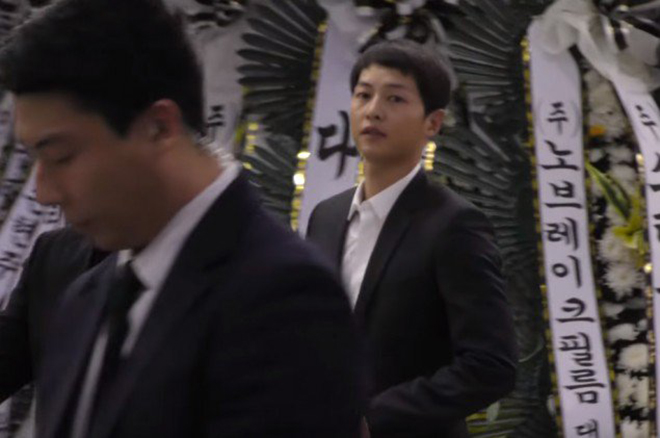 Song Joong Ki bày tỏ sự tiếc thương với sự ra đi của đàn anh Kim Joo Hyuk